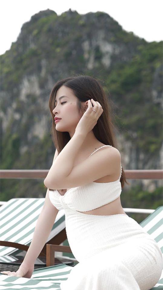 Đông Nhi tạo dáng quyến rũ, khoe rõ bụng bầu nhô lớn ở tháng thứ 5 thai kỳ.