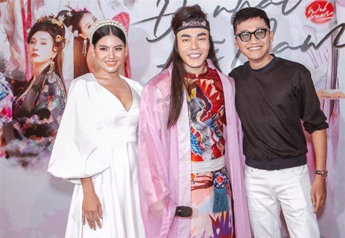 Xuân Nghị (áo đen) có dịp hội ngộ nhiều bạn bè, đồng nghiệp thân thiết trong buổi ra mắt sản phẩm của Lê Dương Bảo Lâm.