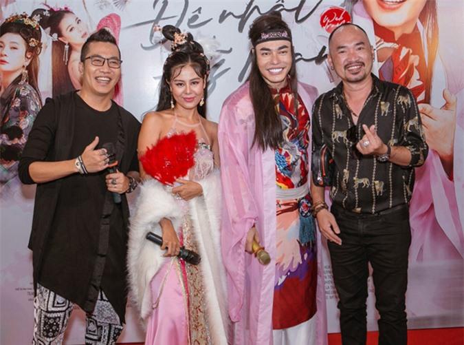 Nghệ sĩ Tiến Luật, nhạc sĩ Hoàng Rapper góp mặt trong dàn sao đến chúc mừng Lê Dương Bảo Lâm.