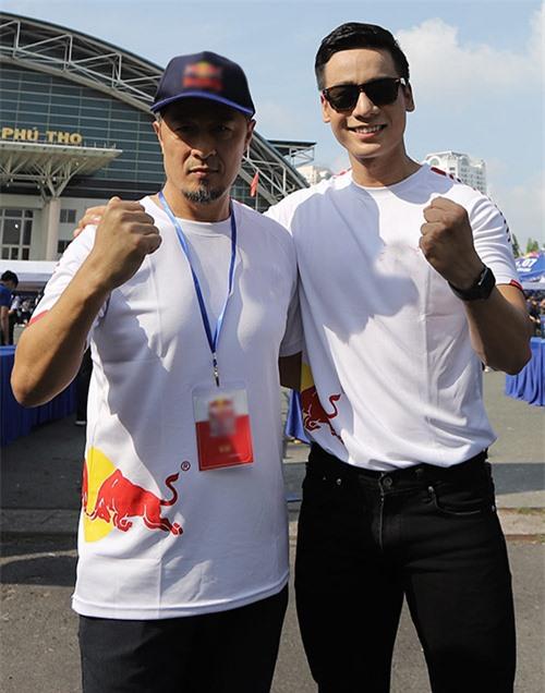 Đạo diễn Charlie Nguyễn lần đầu gặp gỡ, chụp ảnh cùng Nam vương Cao Xuân Tài.