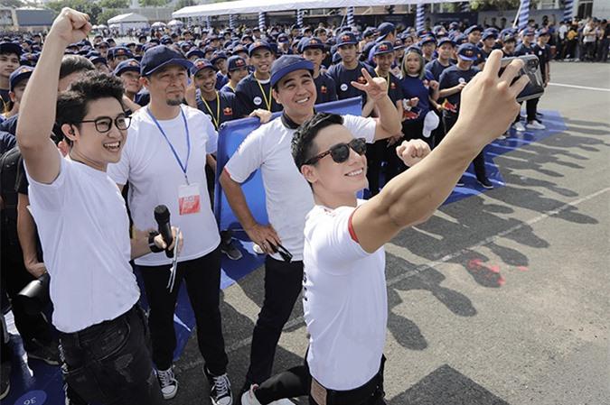 Các nghệ sĩ thích thú selfie cùng các bạn trẻ tại Nhà thi đấu Phú Thọ.
