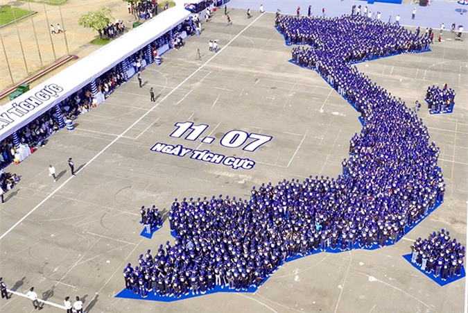 [Caption].  Red Bull khởi xướng Ngày Tích Cực, xác lập kỷ lục châu Á để lan tỏa  năng lượng tích cực khắp Việt Nam  Thành phố Hồ Chí Minh, ngày 11 tháng 7 năm 2020 - Lần đầu tiên tại Việt Nam, Red Bull - thương hiệu nước tăng lực hàng đầu thế giới đã tổ chức thành công Ngày Tích Cực, và xác lập kỷ lục Ngày 11/7/2020 - ngày có số lượng người tham gia hoạt động cụng tay nhau nhiều nhất trong mô hình bản đồ Việt Nam để truyền năng lượng tích cực lan tỏa khắp Việt Nam. Thông qua sự kiện ý nghĩa này, Red Bull mong muốn người Việt trẻ có cơ hội cùng nhau tôn vinh và đánh thức nguồn năng lượng tích cực bên trong mình, vượt lên thử thách và tiếp tục sải những bước dài mạnh mẽ trên hành trình chinh phục ước mơ. Sáng ngày 11/7/2020, để đánh dấu cột mốc bùng nổ trong hành trình lan tỏa năng lượng tích cực, húc tung thách thức do Red Bull khởi xướng từ những ngày đầu tháng 5/2020, Red Bull tổ chức sự kiện Ngày Tích Cực tại nhà thi đấu Phú Thọ với điểm nhấn là hoạt động xác lập kỷ lục châu Á của hơn 2.000 bạn trẻ. Bên cạnh đó, để tạo cơ hội bùng nổ năng lượng tích cực mạnh mẽ hơn, Red Bull còn kêu gọi cộng đồng cùng nhau lan tỏa sự tích cực trên mạng xã hội với nhiều hoạt động ý nghĩa. Ba tháng đầu tiên của năm 2020 trôi qua giữa những biến động mà cả thế giới không lường trước được. Việt Nam chắc chắn không là ngoại lệ. Sau khi chiến đấu với những thử thách cam go nhất, toàn xã hội lại bước vào một giai đoạn thách thức không kém khi bài toán về khôi phục kinh tế được đặt ra, mà người lao động trẻ sẽ là lực lượng nòng cốt của giai đoạn này. Chiến dịch lan tỏa năng lượng tích cực do Red Bull khởi xướng là một cú hích đúng thời điểm, kịp thời khơi dậy nguồn năng lượng nội tại và tinh thần lạc quan của người trẻ Việt Nam. Thăng trầm, thất bại, thử thách là những phép thử không thể tránh khỏi. Chỉ cần luôn giữ được một tinh thần tích cực, chúng ta sẽ đủ mạnh mẽ để vượt qua không chỉ trên hành trình khẳng định chính mình mà còn trên hành trình đồng lòng của toàn xã hội vực dậy nền ki