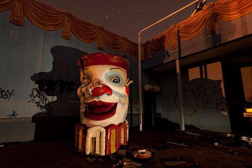 Công viên Six Flags New Orleans, Louisiana, Mỹ: Công viên này mở cửa đón khách từ năm 2000 và đóng cửa năm 2005 do cơn bão Katrina. Công viên đã bị nhấn chìm trong nước biển và nước mua suốt hơn một tháng, gây hư hại nghiêm trọng. Ảnh: Scotthaefner.
