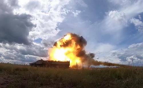 Tên lửa chống tăng 9M114 MB bắn vào một chiếc xe bọc thép MT-LB đã ngừng hoạt động. Ảnh: Topwar.