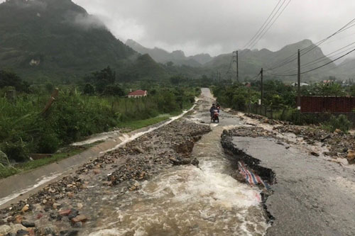Mưa lũ gây xói mòn nền đường tại nhiều tuyến đường giao thông của tỉnh Lai Châu. Ảnh: TTXVN