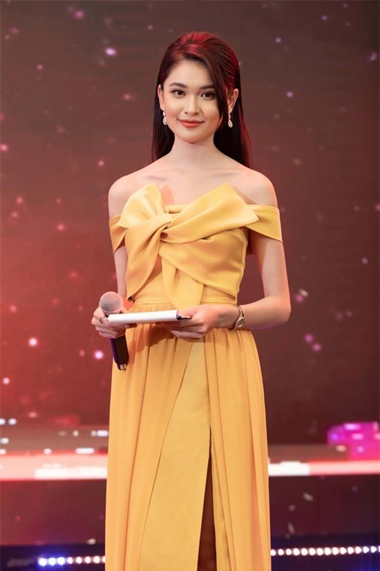 Á hậu Thùy Dung vẫn đi làm trong ngày sinh nhật - 4