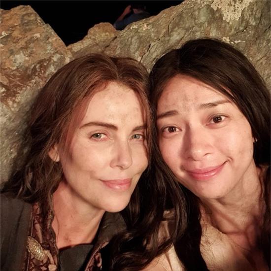Charlize Theron đăng ảnh selfie chụp cùng Ngô Thanh Vân.