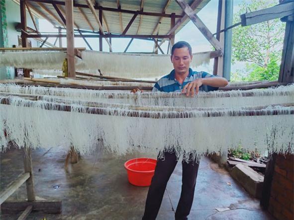 Anh Chung kiểm tra  sản phẩm  bún khô  trước khi  đóng gói.