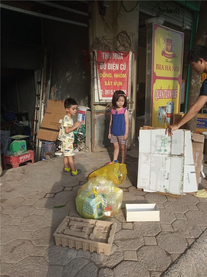 Dù kinh tế khá giả nhưng vẫn để con đi nhặt rác kiếm tiền đi học, người mẹ này lại được cộng đồng mạng ủng hộ vô cùng vì một lý do đặc biệt - Ảnh 4.