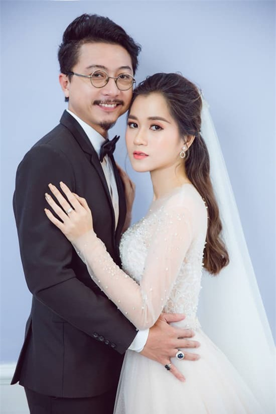 vo-chong-lam-vy-da-chup-anh-cuoi-lung-linh-sau-8-nam-chung-song-2-ngoisaovn-w550-h825 1
