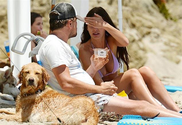 Leonardo DiCaprio để râu rậm, lộ bụng to ở tuổi trung niên khi ra biển cùng người tình trẻ Camila Morrone.
