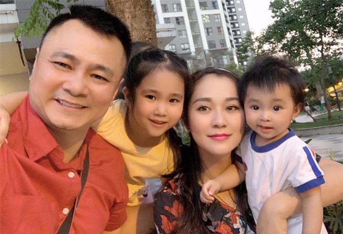 Gia đình Tự Long hiện sống ở một chung cư cao cấp tại Hà Nội. NSND rất hài lòng với hạnh phúc tròn đầy hiện tại.