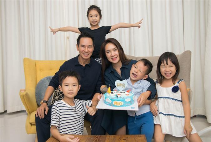 [Caption]Sau gần một thập kỷ gắn bó, cả hai có 4 người con, hai trai và hai gái. Mới đây, trong ngày sinh nhật của chàng trai 4 tuổi bé Mio (Nguyễn Phi Phong). Thay vì tổ chức tiệc sinh nhật hoành tráng, Mio được bố mẹ chuẩn bị chiếc bánh kem xinh xắn đón tuổi mới cùng các thành viên trong gia đình.Bà xã của Lý Hải tiết lộ, cả 4 đứa con của họ đều được tổ chức tiệc hoành tráng vào năm 1 tuổi vì đây là sinh nhật đầu tiên trong cuộc đời. Nhưng từ 2 tuổi trở đi gia đình chỉ làm đơn giản cho ấm cúng.