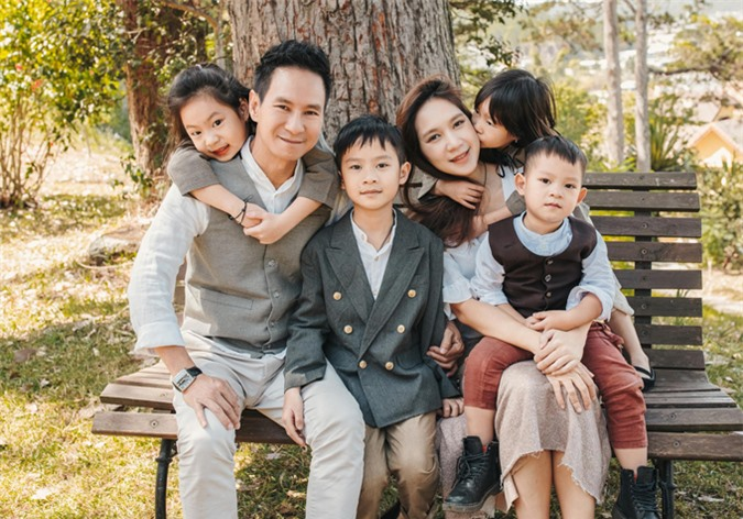 Trong khi hai cậu con trai tỏ ra chững chạc, tự lập thì hai cô con gái tình cảm, thích quấn quýt bố mẹ.