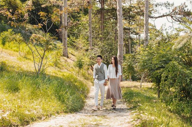 Cả hai trốn các con nắm tay nhau đi dạo, ngắm cảnh thiên nhiên Đà Lạt trong lành, lãng mạn.