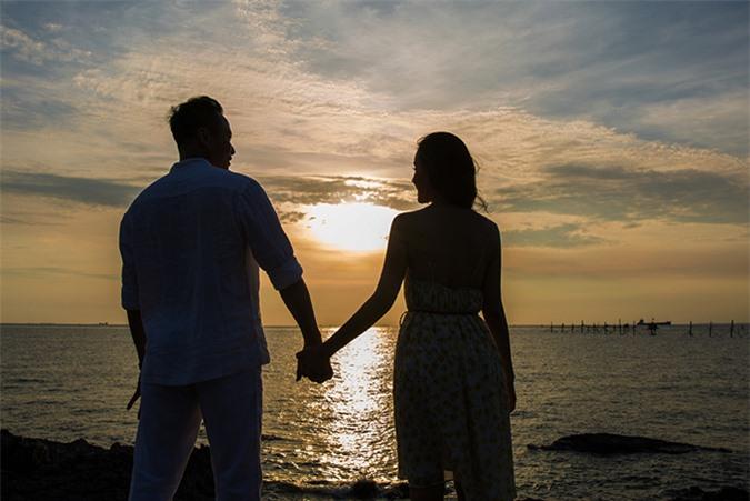 Cả hai cùng dạo biển, ngắm hoàng hôn và tận hưởng cảm giác bình yên, lãng mạn khi bên nhau.