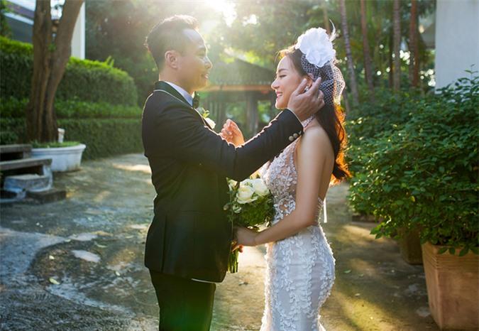 Nữ ca sĩ tiết lộ một số hình ảnh hậu trường chụp ảnh cưới cùng ông xã.