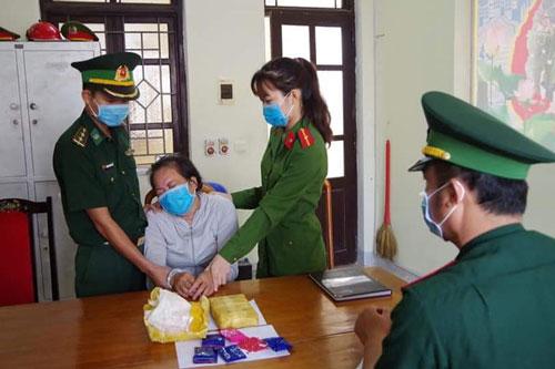 Hà Tĩnh: Bắt quả tang người phụ nữ vận chuyển 12.000 viên ma túy tổng hợp