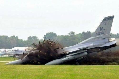 Một tiêm kích hạng nhẹ F-16 Fighting Falcon của Mỹ gặp nạn trong khi hạ cánh. Ảnh: National Interest.