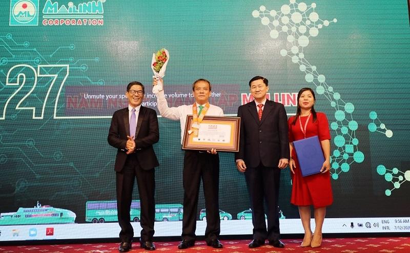 """Đại diện Tập đoàn Mai Linh đón nhận Kỷ lục """"Hãng taxi có số lượng ca hộ sinh trên xe nhiều nhất Châu Á"""""""
