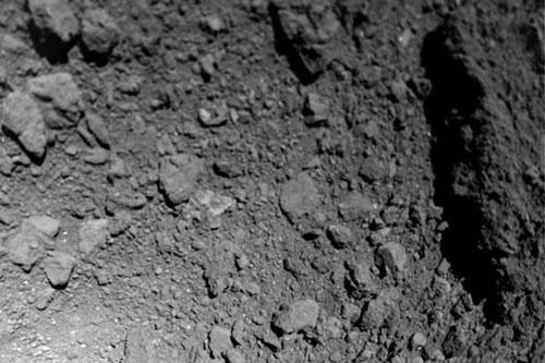 Hình ảnh chụp về từ robot MASCOT. (Nguồn: astronomy.com)