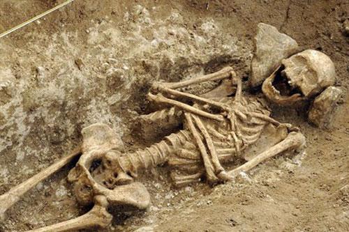 Bộ xương thuộc về một phụ nữ cao tuổi và mắc bệnh xương khớp, không có đồ dùng cá nhân được chôn cất theo. (Nguồn: tellerreport.com)