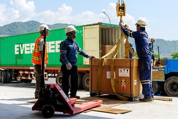 Các máy móc, thiết bị vừa nhập khẩu ngày 14/7 được chuyển về nhà xưởng của dự án trong Khu Công nghệ cao Đà Nẵng