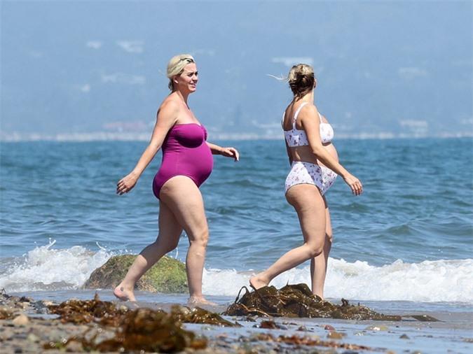 Katy Perry vui vẻ tản bộ cùng một cô bạn cũng đang mang bầu.
