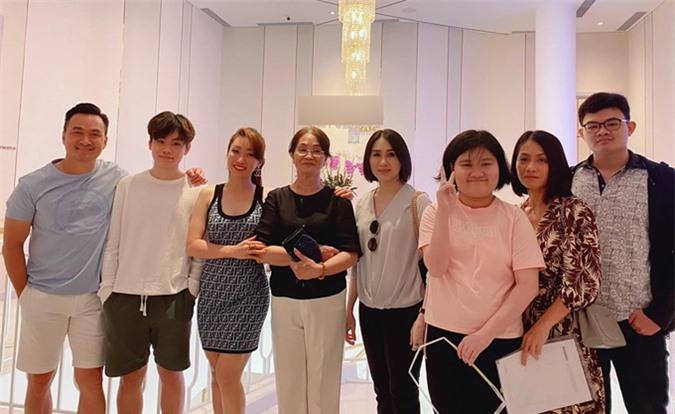 Bạn gái Chi Bảo gọi mẹ anh là mẹ chồng. Cô khiến nhiều người ngưỡng mộ khi tạo dựng được mối quan hệ tốt, được tất cả thành viên gia đình chồng tương lai yêu quý.