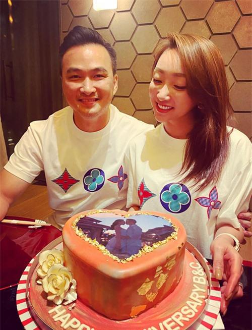 Hôm 13/7 Lý Thùy Chang và Chi Bảo kỷ niệm tròn 1 năm yêu nhau. Cả hai đặt bánh kem có hình họ đang hôn nhau say đắm và mặc áo đôi, tận hưởng buổi tối hạnh phúc.