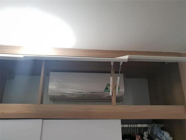Chắc chủ nhà sợ điều hòa bị bụi bẩn nên lắp bên trong chiếc tủ quần áo.