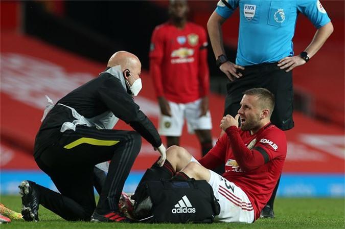 Hậu vệ Luke Shaw phải rời sân giữa chừng vì chấn thương