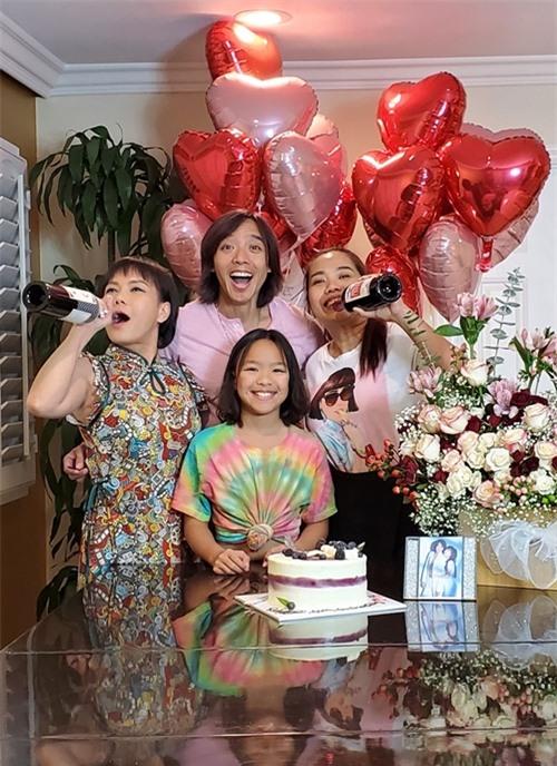 Hôn nhân của Việt Hương và Hoài Phương tràn ngập tiếng cười nhờ sự hài hước của nữ danh hài lẫn tình yêu nam nhạc sĩ dành cho vợ. Hoài Phương từng tâm sự tình cảm là thứ keo bền chặt giúp kết nối hai người chứ không phải một yếu tố ngoại cảnh nào khác.