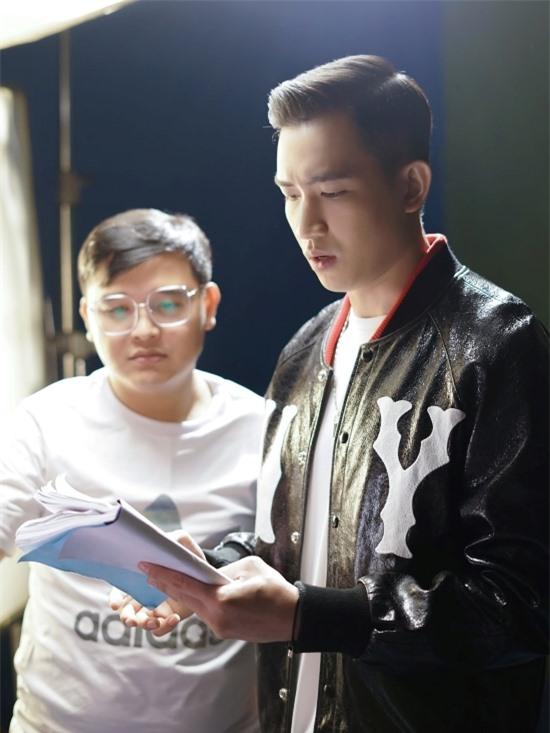 Trước khi bắt đầu các cảnh quay, Võ Cảnh luôn dành thời gian đọc kịch bản thật kỹ để nắm bắt cảm xúc của nhân vật. Anh còn tham gia các lớp học diễn viên để trau dồi thêm đài từ và kinh nghiệm trước ống kính,
