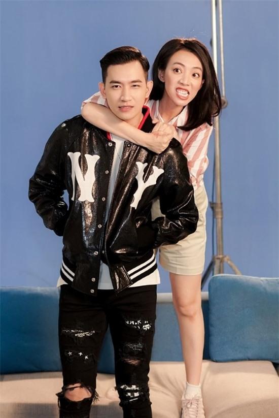 Trên trường quay, Võ Cảnh luôn tranh thủ xin thời gian rảnh của Thu Trang để lắng nghe nhận xét của đàn chị.