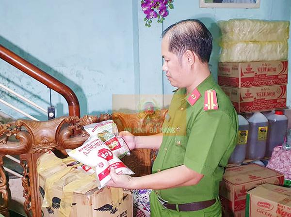 Đội Cảnh sát Kinh tế - Môi trường (Công an quận Thanh Khê) phát hiện cơ sở của Phan Tuyến đóng gói hàng ngàn bao mì chính, bột nêm giả