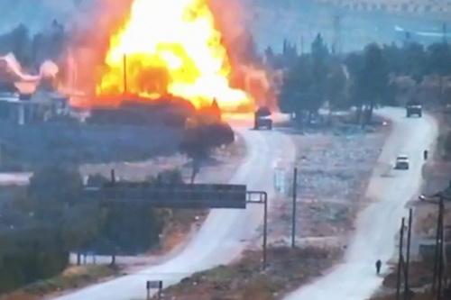 Vụ tấn công bằng bom nhằm vào đoàn xe tuần tra của quân cảnh Nga. Ảnh: Avia-pro.