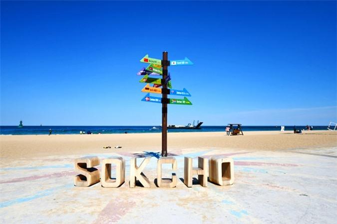 Bãi biển Sokcho nổi tiếng với những cây thông đẹp như tranh vẽ tự đứng dọc theo bờ biển cát trắng. Một trong những điểm thú vị của bãi biển đặc biệt này là có nhiều điểm tham quan du lịch ở những khu vực lân cận, gồm có hồ Yeongnangho và núi Seoraksan, một trong những ngọn núi nổi tiếng nhất của Hàn Quốc.