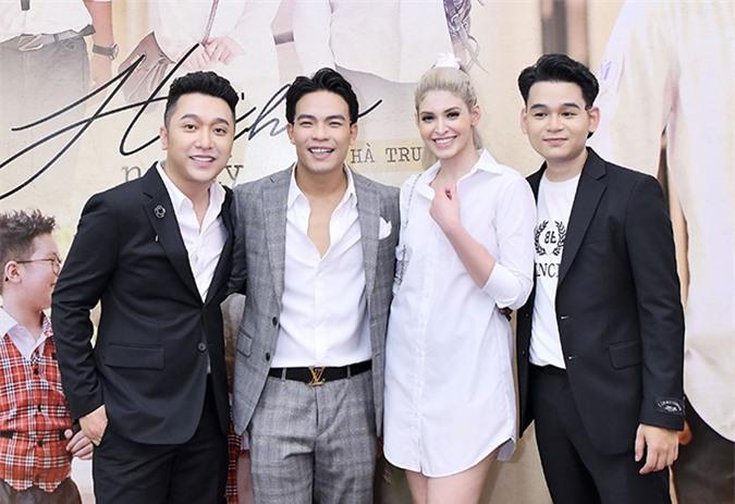 Chiều 14/7, Andrea Aybar bắt chuyến bay từ Sài Gòn ra Hà Nội tham dự buổi ra mắt MV Hẹn nhau nơi ấy. Đây là sản phẩm chung của nhạc sĩ Dương Trường Giang (giữa), ca sĩ Yanbi và Hà Trung.
