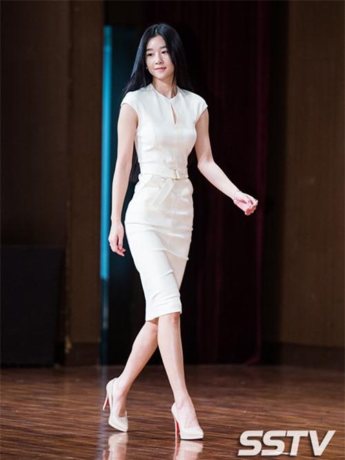 'Điên nữ' Seo Ye Ji sở hữu mình hạc xương mai - vòng eo siêu thực - Ảnh 4