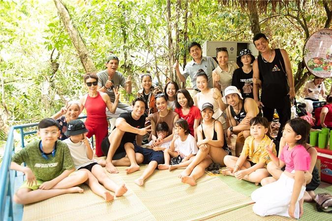 Gia đình Hồ Ngọc Hà chọn vườn quốc gia Phong Nha - Kẻ Bàng làm địa điểm tham quan. Họ phải di chuyển khoảng 50 km từ thành phố Đồng Hới. Do đó, khi đến nơi, các thành viên cùng nghỉ ngơi, ăn trưa.