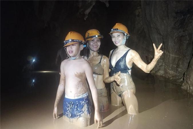Subeo cùng người thân đi trong hang lạnh để đến chỗ tắm bùn nằm sâu trong lòng núi..