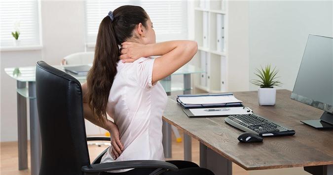 Gù lưng: Nguyên nhân và biện pháp giúp dân văn phòng tránh khắc phục bệnh - Ảnh 2.