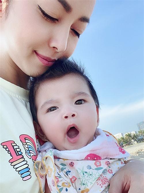Từ ngày chào đời, Nấm rất ngoan cả nết ăn lẫn nết ngủ. Jennifer nhận xét con gái thứ tư có tính cách nhẹ nhàng, nữ tính hơn chị Na.
