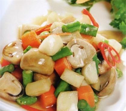 Món nấm hương xào củ năng rất tốt cho người bệnh động mạch vành, mỡ trong máu cao và tăng huyết áp