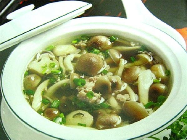 Món canh thịt heo nấu nấm rơm có tác dụng tư âm nhuận táo, bổ tỳ, tốt cho người bị viêm gan mạn tính