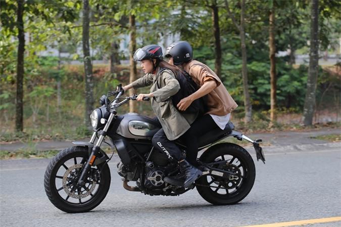 Minh Hằng chia sẻ với Ngoisao.net rằng cô là người đam mê tốc độ nên thích thú với tình huống lái xe mô-tô trong phim. Trên màn ảnh, cô trổ tài lái xe khá vững vàng.