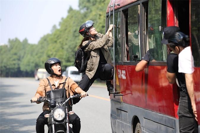 Ngoài cảnh lái mô-tô, Minh Hằng còn làm Lâm Bảo Châu sốc với chi tiết nhảy từ xe máy lên ô tô. Nữ diễn viên - nhà sản xuất nói cô hay xem cảnh này trong phim hành động nước ngoài. Lần đầu thử cảm giác này, cô rất háo hức.