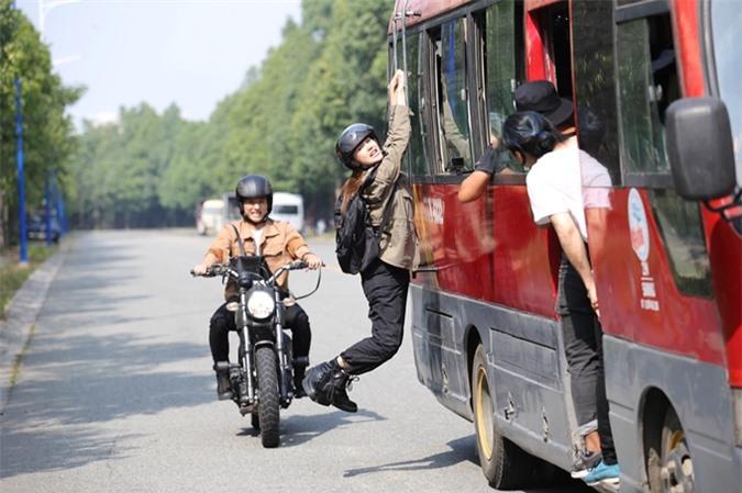Minh Hằng được chuẩn bị đồ bảo hộ bên trong phục trang để đảm an toàn cho cảnh quay.