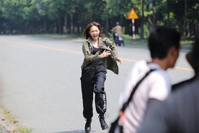 Minh Hằng chạy liên tục cho cảnh quay đuổi theo xe khách.